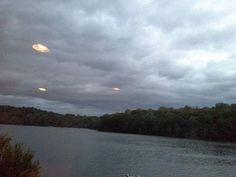 Formação UFOs brilhantes dourados se movem a uma velocidade tremenda sobre Kirk Lake, Mahopac, NY