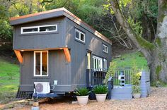 Tiny House Basic 1 THFShelley et Joshua, un jeune couple de Californie du Nord a décidé de réduire de façon drastique son mode de vie. Nommée Tiny House Basic...