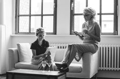 """Pinnerporträts: Thea & Toni vom sisterMAG  """"Wir sind die Schwestern Antonia (Toni) und Theresa (Thea) Neubauer. Während Toni sechs Jahre in der digitalen Welt im Bereich Mobile Internet beschäftigt war, habe ich, Thea, ganz klassisch Verlagsherstellung bzw. Buch- und Medienproduktion in Leipzig und Design in London studiert. Gemeinsam mit Alex Sutter haben wir Anfang 2013 Carry-On Publishing gegründet, einen Verlag für rein digitale Medienprodukte."""""""