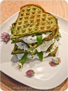 Wafer-Sandwich with cheese and rucola - and eatable flowers from the garden...