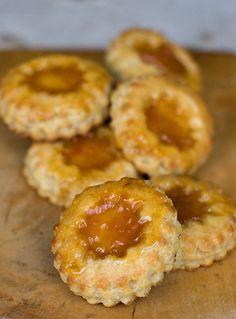 Jam tarts recipe- I remember having jam tarts growing up. Bite Size Desserts, Mini Desserts, Just Desserts, Pastry Recipes, Cookie Recipes, Dessert Recipes, Ma Baker, Jam Tarts, Tarts Recipe