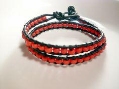 Wickel - Armband aus  schwarzem Lederband und schlichten roten Kunststoffperlen.  Dieses lässige Armband (ausnahmsweise mal ohne Glitzer und Glamou...