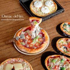 Oiseau deNim // Dancing Pizza based on tomato scale miniature food Polymer Clay Kawaii, Polymer Clay Animals, Barbie Food, Doll Food, Tiny Food, Fake Food, Miniature Crafts, Miniature Food, Crea Fimo