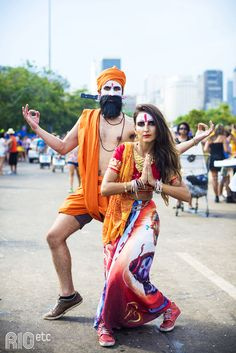 Indianos no Carnaval do Rio: turbante, pano laranja e muito ouro!