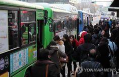 버스 운행 재개…붐비는 버스 정류장 : 서울 시내버스가 22일 오전 6시20분부터 정상 운행을 재개한 가운데 이날 시민들이 서울 구로구 신도림역 인근 버스정류장에서 출근을 서두르고 있다.
