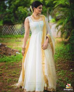 Indian Gowns Dresses, Indian Fashion Dresses, Indian Designer Outfits, Indian Outfits, Indian Actress Photos, Beautiful Indian Actress, Kerala Engagement Dress, Kerala Saree Blouse Designs, Set Saree