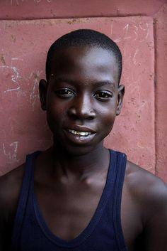 Quartiere di Thiaroye, Dakar, Senegal  Uno degli studenti del progetto di sostegno scolastico a distanza seguito da Unaltromondo onlus