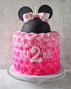 Galería de pasteles de Minnie Mouse para darte inspiración. Selección de 15 creaciones con el tema de Minnie Mouse.