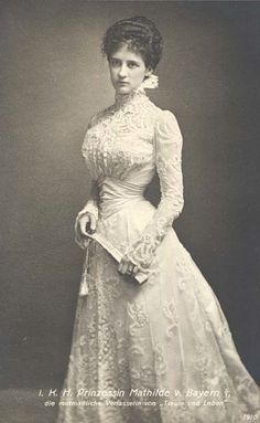 Edwardian bride in lace ~ 1 May 1900 in Munich ~ Prinzessin Mathilde von Bayern… 1890s Fashion, Edwardian Fashion, Vintage Fashion, Royal Fashion, Steampunk Fashion, Milan Fashion, Gothic Fashion, Vintage Outfits, Vintage Dresses