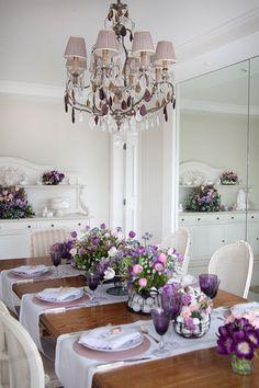 Mesa de Páscoa para um almoço em tons de violeta e rosa
