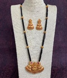 Gold Bangles Design, Gold Jewellery Design, Gold Jewelry, Jewlery, Jewelry Design Earrings, Bead Jewellery, Necklace Designs, Modern Mangalsutra Designs, Peach Saree