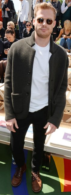 Australian actor Sam Reid wearing a knitted Burberry cashmere tailored jacket to attend the Burberry show in Kensington Gardens Sam Reid, Sam Worthington, Toms Style, Australian Actors, Tailored Jacket, White Shirts, Mens Fashion, Street Fashion, Burberry