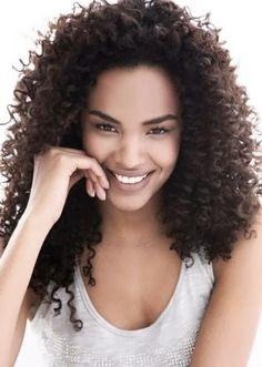 Corte para valorizar cabelos crespos. E após penteá-los, amasse as mechas com as mãos, para obter o efeito natural. Patrícia Garbuio.
