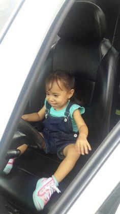 Mi chiquita disque conduciendo