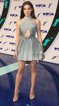 Hailee Steinfeld in Atelier Versace attends the 2017 MTV Video Music Awards. #bestdressed