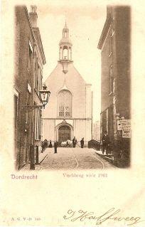 historie Dordrecht; Dat de Visbrug rond 1900 nog zeer smal was toont deze kaart. Op de achtergrond de Franse of Waalse Kerk. Het torentje dat je hier ziet stond voorheen op de Wijnkoperskapel in de Wijnstraat. Dit was aanvankelijk de plaats waar Franstalige protestante lieden uit Wallonie door vervolgingen in eigen land gedwongen rond 1580 diensten hielden. Bij de verhuizing naar de kerk aan de Visbrug namen zij hun torentje mee.