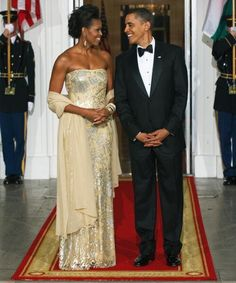 First Lady Michelle Obama is legendary for her gorgeous State Dinner gowns. For her first State Dinner in she stunned in a strapless, fitted gown by Indian-American designer Naeem Khan. This is what class looks like. Michelle E Barack Obama, Michelle Obama Fashion, Barack Obama Family, Naeem Khan, Michelle Obama Vestidos, Tilda Swinton, Joe Biden, Malia And Sasha, Gisele Bündchen