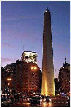 El Obelisco de Buenos Aires es un monumento considerado un ícono de la ciudad de Buenos Aires, construido en 1936 con motivo del cuarto centenario de la fundación de la ciudad. Está emplazado en la Plaza de la República, en la intersección de las avenidas Corrientes y 9 de Julio. Fue declarado Monumento Histórico Nacional. Vista nocturna.