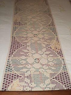 Feita no início dos anos oitenta esta colcha torna a nossa cama bem charmosa! O bordado nas tiras de linho: ...