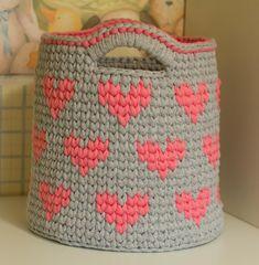 Lindo cesto em fio de malha com desenhos de corações, tamanho G. Ideal para decorar e organizar qualquer ambiente. Diy Crochet Basket, Crochet Diy, Crochet Basket Pattern, Knit Basket, Love Crochet, Crochet For Kids, Crochet Case, Crochet Motifs, Crochet Purses
