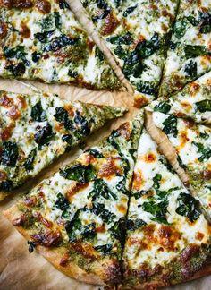 15 clean pizza recipes that taste a lot less healthy than they are - KALE .- 15 clean pizza recipes that taste much less healthy than they are – KALE PESTO PIZZA. 15 clean pizza recipes that taste a lot less healthy than they are – Clean Eating Pizza, Clean Eating Recipes, Clean Foods, Pesto Pizza, Pizza Pizza, Pizza Food, Pizza Dough, Food Food, Cooking Food