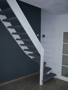 open trap met antraciet tapijt Open Trap, Stairs, House, Furniture, Home Decor, Staircases, Stairway, Decoration Home, Home