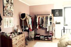 Provavelmente não conseguiria manter organizado se trocasse guarda roupa por araras, mas que fica uma graça, fica.