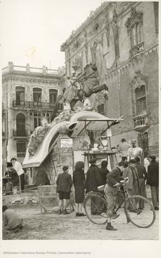 Falla con Don Quijote a caballo con molinos de viento a sus pies en calle Marqués de Dos Aguas con Libreros, 1949