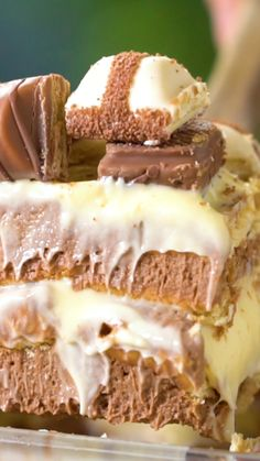 As definições de sobremesa foram atualizadas com esse irresistível pavê kinder bueno! Quick Dessert Recipes, Easy Cake Recipes, Sweet Recipes, Delicious Desserts, Yummy Food, Delicious Chocolate, No Bake Eclair Cake, Raspberry Lemon Cakes, Tasty Videos