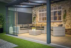 Een sfeervolle tuinkamer maak je met een terrasoverkapping en glazen schuifwand van ForaVida