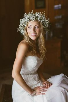 Baby's breath flower crown Photography: Mango Studios - mangostudios.com  Read…