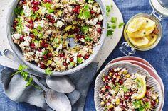 Das Rezept für Crunchy Quinoa-Salat mit Pistazien mit allen nötigen Zutaten und der einfachsten Zubereitung - gesund kochen mit FIT FOR FUN Pizza Pictures, Quinoa Salat, Salad Bowls, Cobb Salad, Acai Bowl, Couscous, Salads, Berries, Low Carb