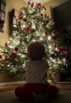 Christmas baby photo --- too cute. simple photo yet awesome! by keisha Christmas Baby, Xmas Photos, Family Christmas Pictures, Holiday Pictures, Babies First Christmas, Christmas Tree, Xmas Pics, Winter Baby Pictures, Baby Christmas Photoshoot