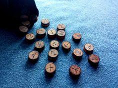 Set de 25 Runas Vikingas del Futhark Antiguo (Elder Futhark) pirograbadas a mano (24 runas y una en blanco). Incluye bolsa de terciopelo de regalo.   #epyro #pirograbado #pyrography #pyrographyart #woodburn #woodburning #woodburningart #hechoamano #handmade #madera #wood #runa #runas #rune #runes #vikingo #vikingos #viking #vikings #nordico #norse #futhark #nordic #magia #magic #pagano #pagan #runereading #runereadings #esoterico #esoteric #spiritual #espiritual #adivinacion #futuro