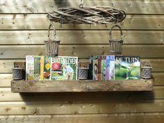 Voor in het tuinhuisje, gemaakt van een oude pallet. Tijdschriftenhouder.