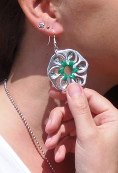 Flower pop tab earrings - green