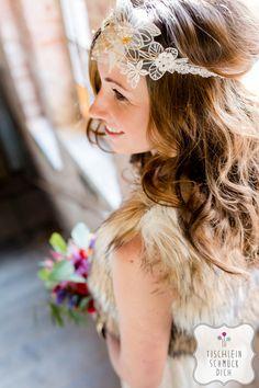 Mein Herz tanzt … Eine Hippie-Bohemian-Hochzeit mit einem fröhlich-bunten Farbkonzept zum Thema Tanzen --- Floristik, Papeterie, Dekoration, Konzept: www.tischleinschmueckdich.de Fotografie: www.timjudi.de  Hair & Make-up: http://marijana-kalbas.de/  Headpieces & Tüll-Armschmuck: www.la-chia.de