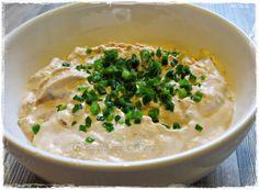 1 Dose Thunfisch 1 TL Zwiebelschmelz  50 g Schmand 20 g Mayo 80 g Frischkäse Saft einer ½ Zitrone 1 hart gekochtes Ei  Schnittlauch   Thunfisch abtropfen lassen und zusammen mit dem Zwiebelschmelz und Ei in den Mixtopf geben und 2 Sek. / Stufe 5 vermengen....