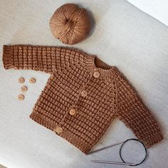 Knit baby jacket-Babyjacke stricken Here you can find a free guide for a baby jacket for newborns. Do you want to knit raglan from above? Shortened rows for a deeper front neckline are also included. Free Knitting, Baby Knitting, Knitting Patterns, Knitted Baby, Start Knitting, Knitting Charts, Hat Patterns, Crochet Baby, Free Crochet