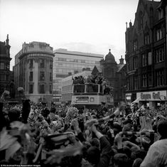 hoping that like me you enjoy pictures like this on more than one level - here Manchester United players are in the city after the club's famous 1968 European Cup win Manchester United Images, Manchester United Players, Football Hair, Best Football Team, Nottingham Forest, European Cup, World Cup Final, Snow Skiing