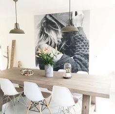 Groot schilderij/ foto bij de eettafel. Black&White IXXI's are HOT. We love this IXXI, Ilsedebruin created. For more inspiration, check out: http://www.ixxidesign.com/blog #IXXI #ixxidesign #creative #wallinspiration #walldecoration #interior #home #livingroom #minimalistic #poster #design