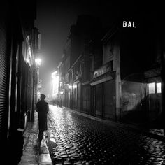 Rainy Paris night - 1936 - photographer Andre de Dienes.