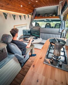 Van Life - 50 Mobile Offices on the Road - Neymiş Bu? Van Conversion Interior, Camper Van Conversion Diy, Van Conversion Office, Diy Van Conversions, Transit Camper, Sprinter Camper, Van Home, Mobile Office, Campervan Interior