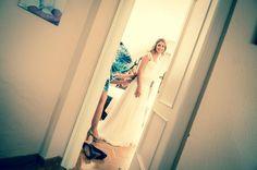 Vestido de novia drapeado con falda en tul de seda y cinturón de cinta bordada color topo. Wedding dress draped with silk tulle skirt and embroidered ribbon belt taupe.