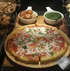 Esta porción, que he servido en un catering en media mañana, tuvo muy buena aceptación. Pizza de polenta italiana, salsa napolitana y muzarella bufalo.