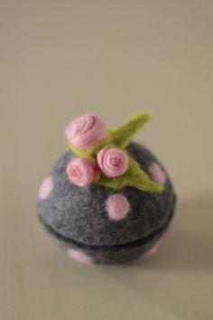 Felt Diy, Felt Crafts, Crafts To Make, Nuno Felting, Needle Felting, Ornament Template, Yarn Organization, Felt Ornaments, Felt Flowers