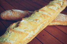 BAGUETTE. Pour 4 baguettes : 760g de farine T55, 12g de levure de boulanger fraîche, 2.5 càc bombées de sel, 435g d'eau tiède.