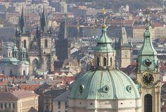 La Iglesia de San Nicolás (en primer plano derecha) y la Iglesia de Tyn (Izquierda con dos torres ) se levantan desde el horizonte de Praga , República Checa.