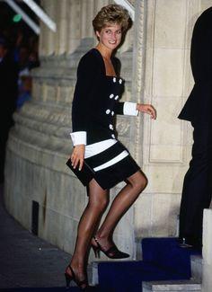 Los vestidos más icónicos de Diana de Gales - Las pocas veces que Lady Di no optaba por un look monocolor lo hacía por un conjunto a dos colores, como este modelo estilo navy en blanco y negro, con maxibotones, franjas horizontales en la falda, y puños vueltos.