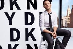 Sam Claflin has stylish shoes to fill as the latest face of DKNY Men. The English actor appears in the brand's spring-summer 2018 campaign. Sam Claflin, Simple Outfits, New Outfits, Alexander Ludwig, English Men, Marketing Program, Shopping Websites, Jennifer Lawrence, Spring Summer 2018